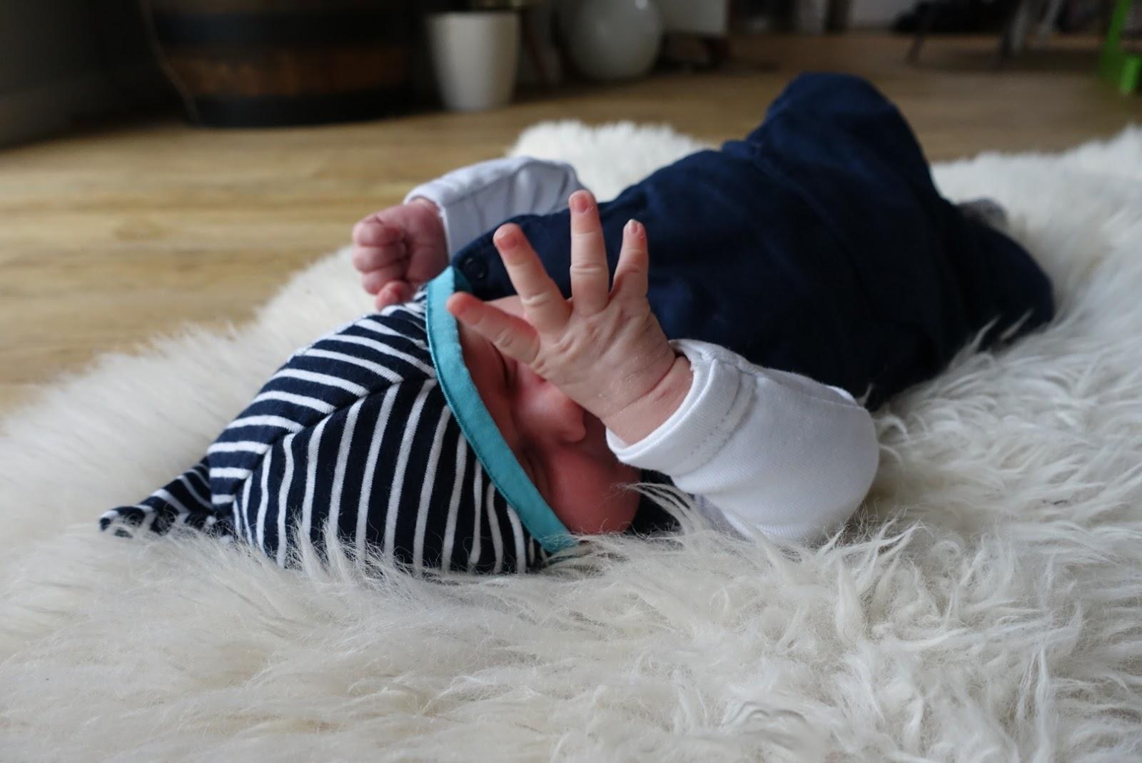 Minibeb - ein Winterbaby auf dem Kuschelfell