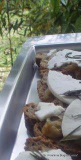 Μπρουσκέτες με καραμελωμένα κρεμμύδια και μανούρι - Bruschetta with caramelized onions and manouri cheese