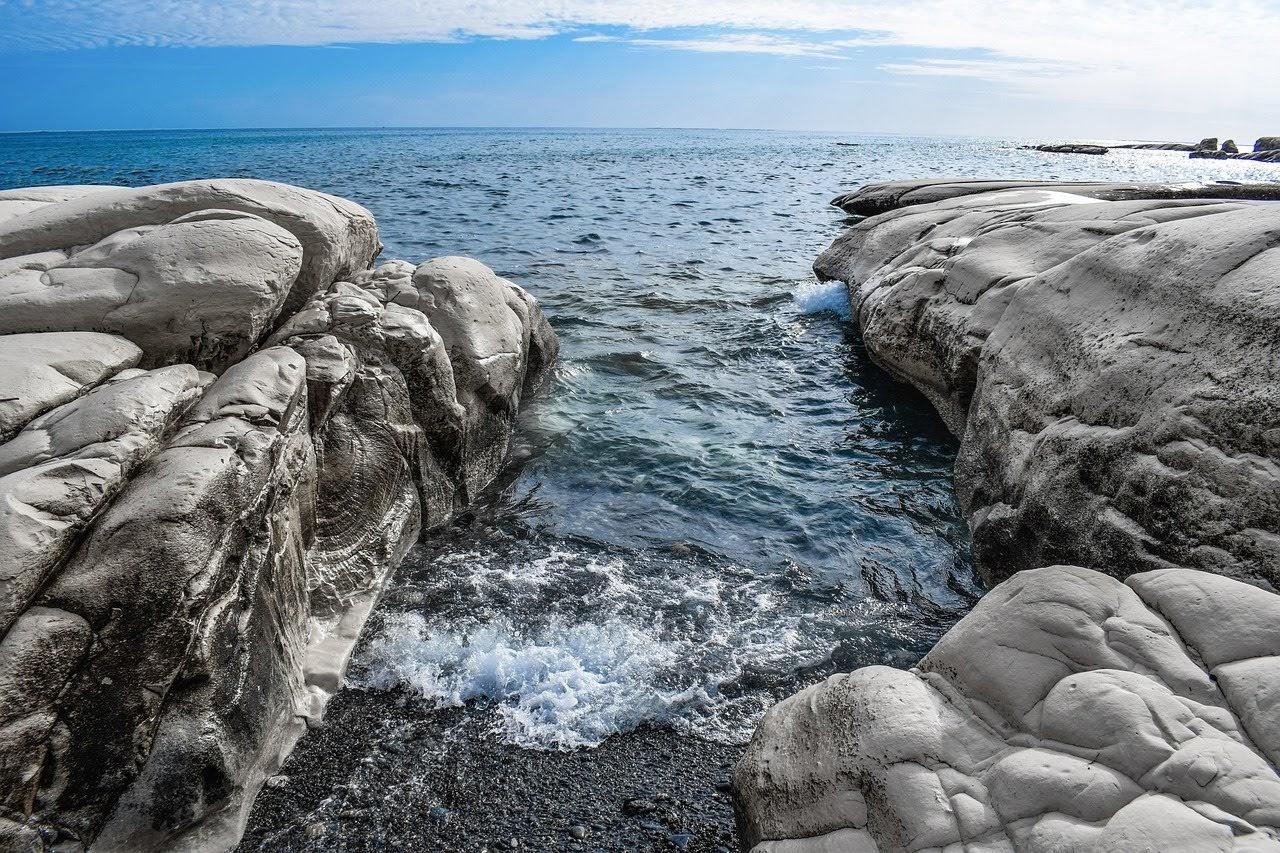 صورة مياه البحار بين الصخور البيضاء - اجمل واحلى صور الطبيعة الجميلة والخلابة في العالم
