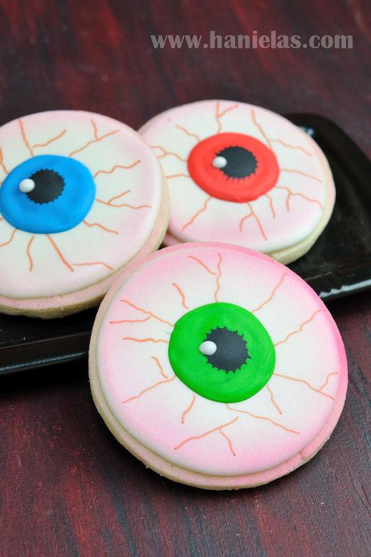 Haniela's: Scary Eyeball Cookies for Halloween
