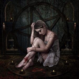Una mujer dentro de un circulo de un ritual con velas