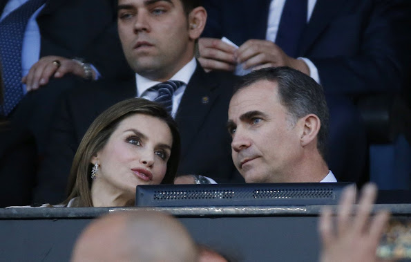 King Felipe and Queen Letizia watched King's Cup (Copa del Rey) final match at Vicente Calderon Stadium in Madrid. Queen Letizia wore Hugo Boss Cascadia Double Breasted Trench Coat.