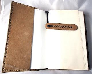 Première couverture de livre en cuir avec son marque page