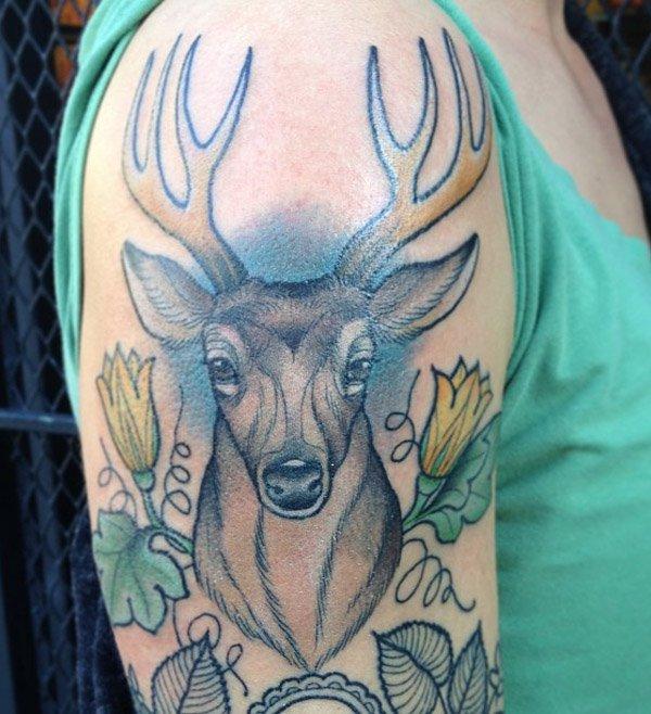 vemos en el brazo de un chico el tatuaje de un cirevo