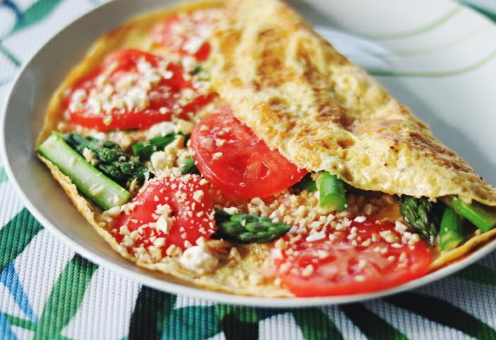 Omlet ze szparagami, łososiem i pomidorem