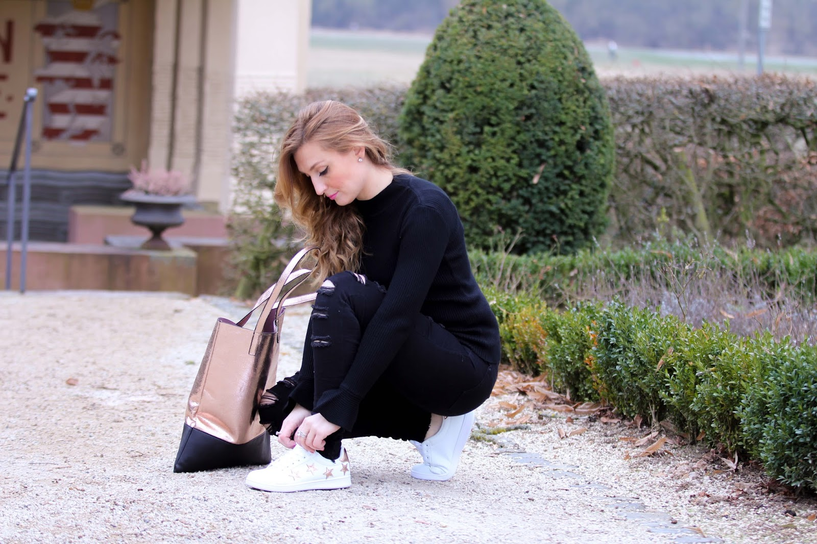 Turnschuhe-fashionblogger-blogger-mit-weißen-Turnschuhen-casual-streetstyle