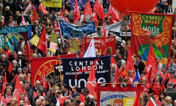 Miles marchan en Londres para exigir mejora de salarios