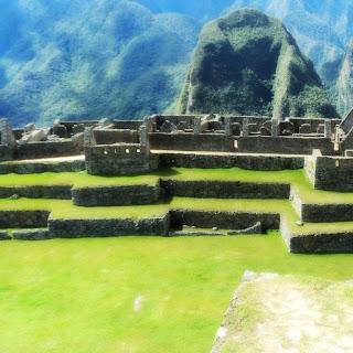 A Praça Principal e A Montanha Putucusi de Machu Picchu