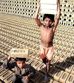 Foto de niños cargando ladrillos bajo el sol