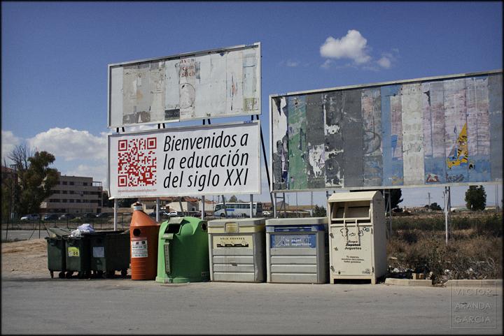 fotografía, Arriba Extraña, Fuente Álamo, carteles, educación, bienvenidos, contenedores, basura, reciclaje