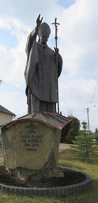 Pomnik Jana Pawła II w Maruszynie.