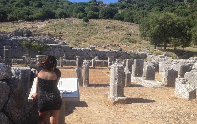 Ήπειρος :Ρημάζει η Αρχαία Κασσώπη , με τουρίστες και αιγοπρόβατα να μπαiνοβγαίνουν από τρύπες στα συρματοπλέγματα!