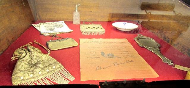 objetos femininos no expositor do museus Ramos Pinto