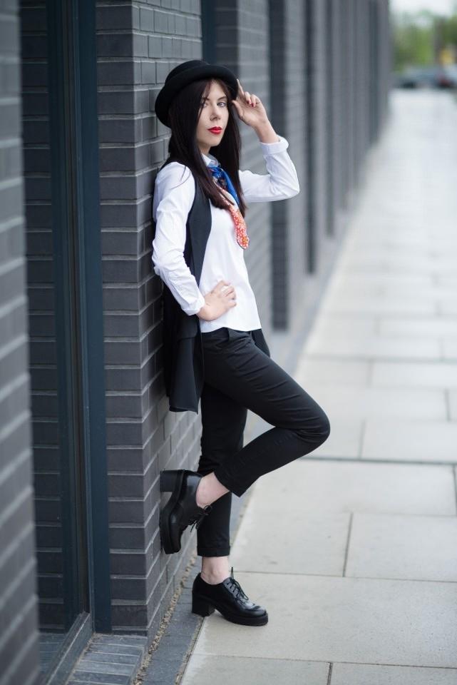 apaszka w eleganckiej stylizacji | stylizacja z kapeluszem i apaszką | apaszka | kolorowa apaszka | jak nosić apaszkę | blog modowy | blog o modzie | blogerka modowa | blog szafiarski