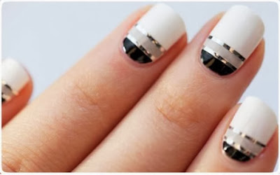 Unhas decoradas com fitas metalizadas