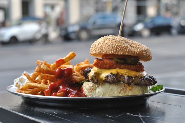 Charlottenburger Cheeseburger mit Halloumi