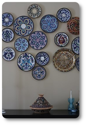Plates hanging on the wall form a large decor to fill empty space