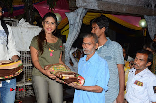 Actress Sri reddy (apthatrust director) Distrubuted Blankets for Orphans at Sai Baba Temple  0026.JPG
