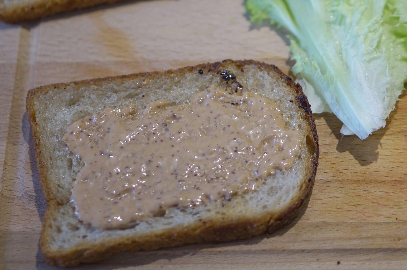 BLT Sandwich: Geröstetes Brot mit Sauce bestreichen.