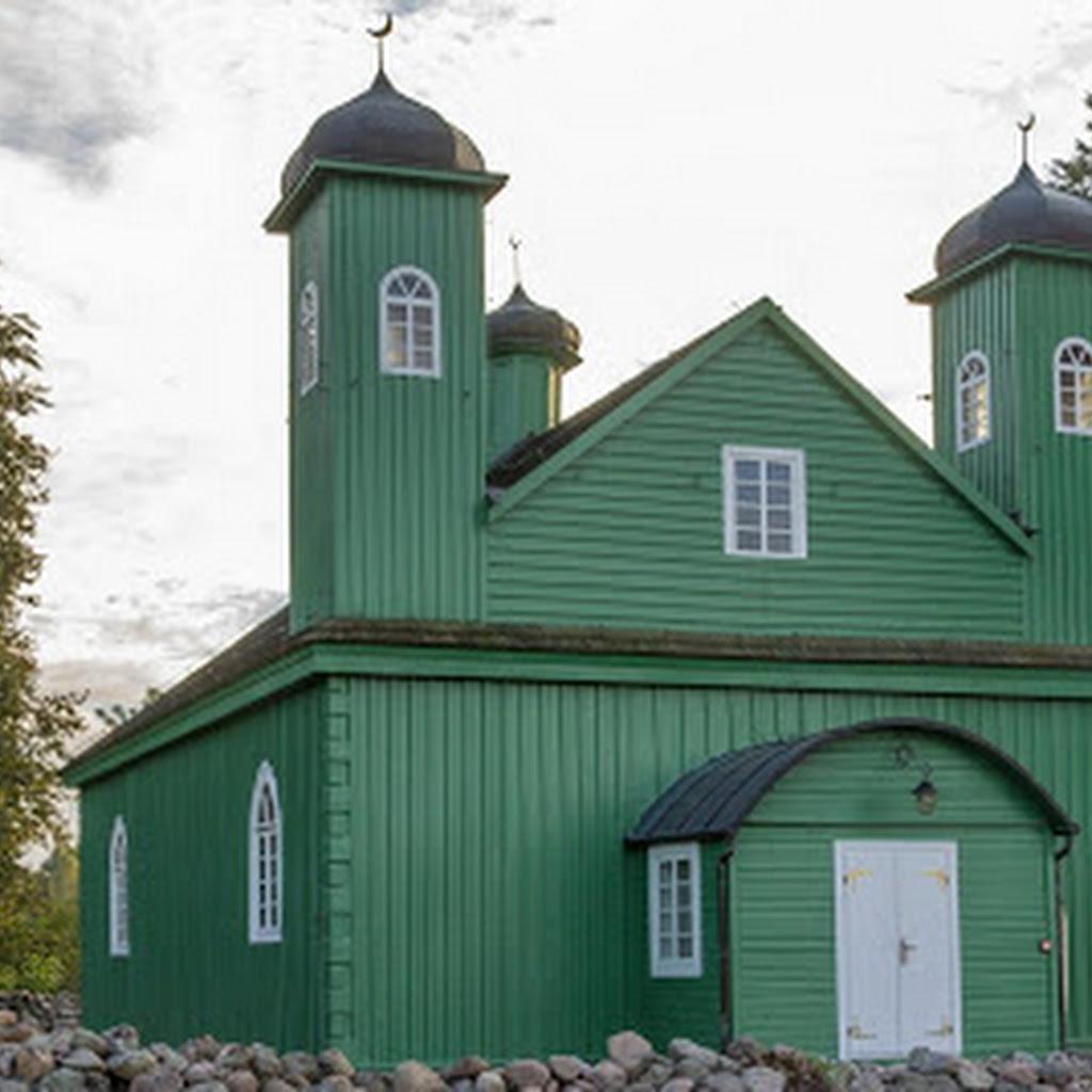 Kruszyniany: zobacz drewniany meczet polskich Tatarów.