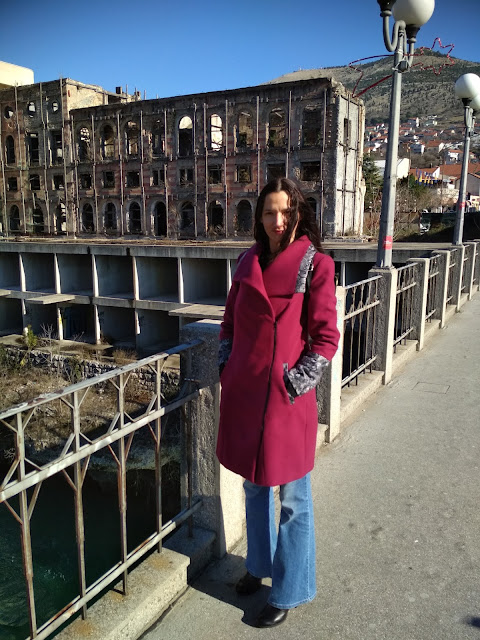 Flared #jeans and magetna coat (location Mostar, BIH) #winterstyling #winter