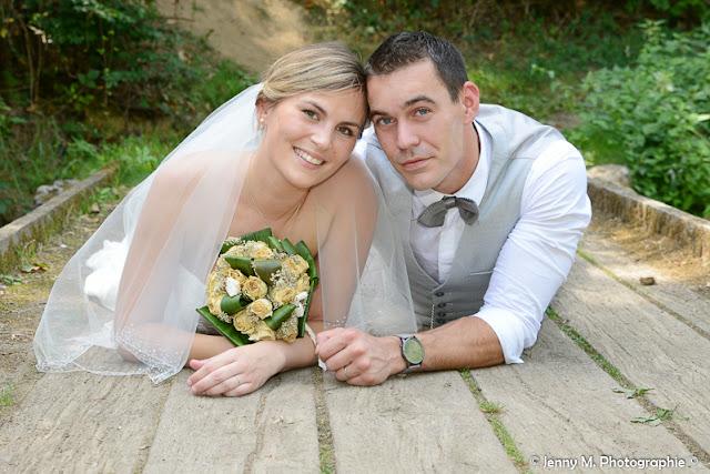 photo portraits mariés allongés sur pont de bois