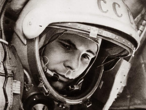 Una famosa foto di Jurij Gagarin con il casco e la tuta.