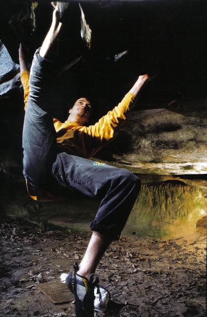 Greg Clouzeau en 1998. Les gravures de l'arrière plan sont mises en valeur par un travail aux flashs réalisé par mon ami photographe Ben Mazuer