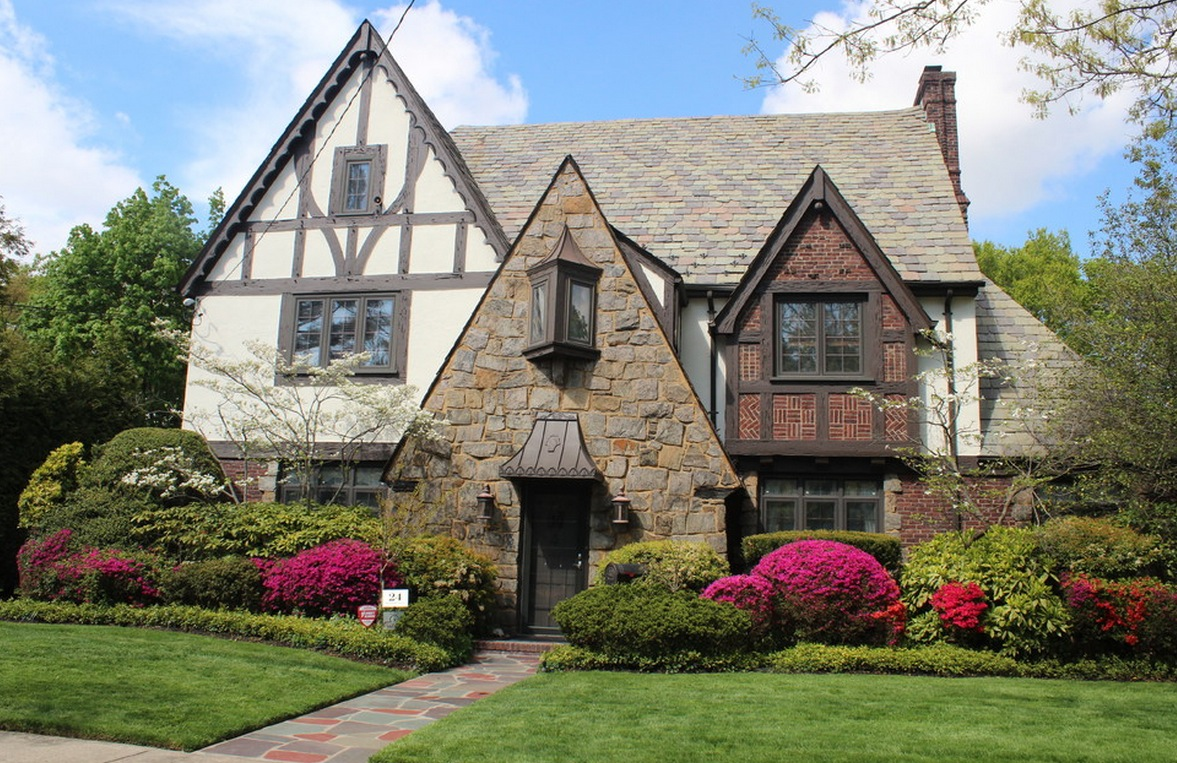 My two cents i 39 m all about tudor style houses for Small tudor homes