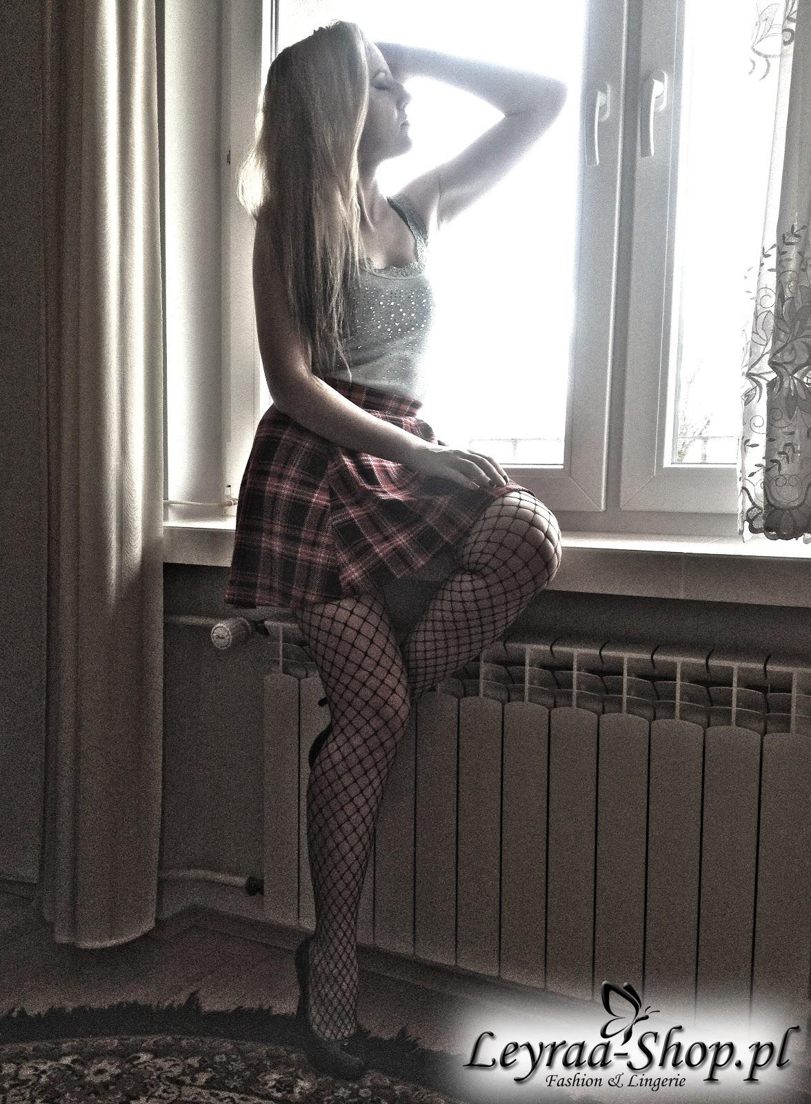 Rajstopy kabaretki z sklepu Leyraa-Shop.pl, szara bokserka z dżetami, spódnica w czerwoną kratkę rozkloszowana, czarne szpilki