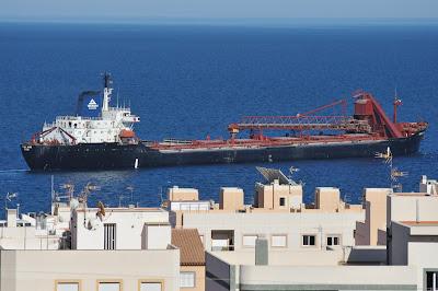 Barco cargado de yeso saliendo de Garrucha