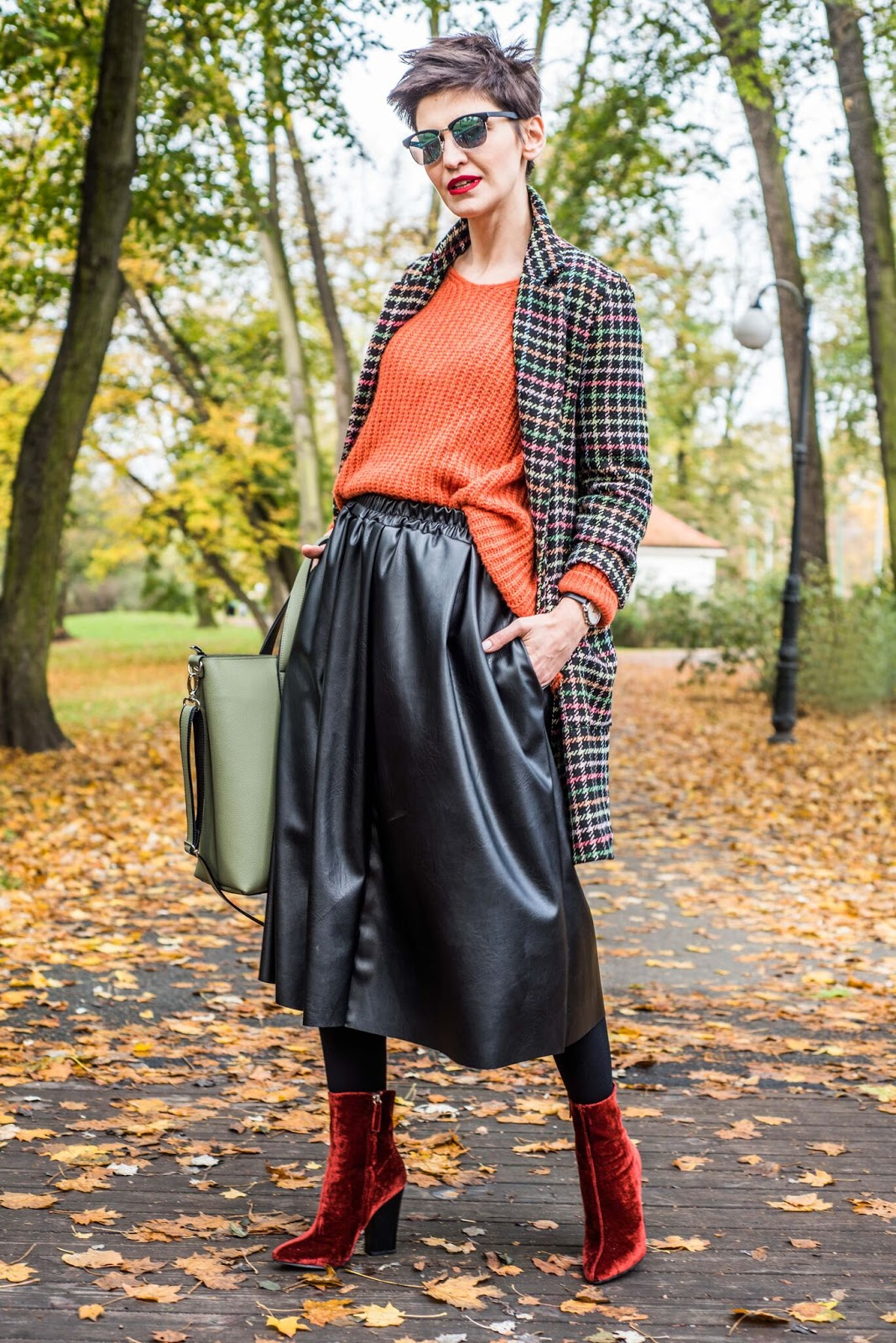 płaszcz, skórzana spódnica, midi, skirt, casual, moda 30+, sweter, krata, jak nosic, codzienna stylizacja, stylistka poznan,