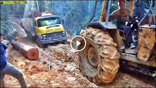 Skidder puxando caminhão pesado atoleiro