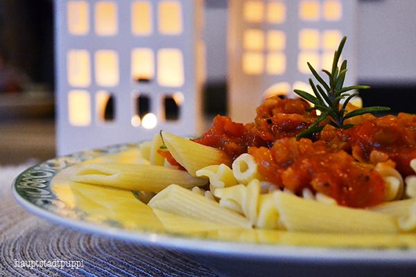 Lecker Tomaten-Lebkuchen-Chutney serviert mit Nudeln - Geschenke aus meiner Küche