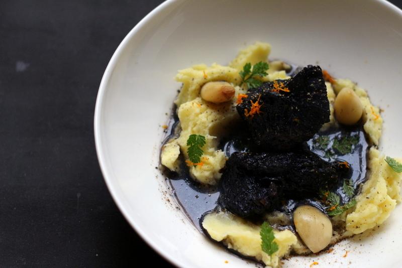 Peposo notturno - 12 Stunden geschmortes Rindfleisch (Rinderwade) in Rotwein (Chianti) ergibt pechschwarzes Fleisch und himmlische Genüsse. Dazu gab es Kartoffelstampf/Kartoffelpüree mit Olivenöl | Arthurs Tochter Kocht by Astrid Paul