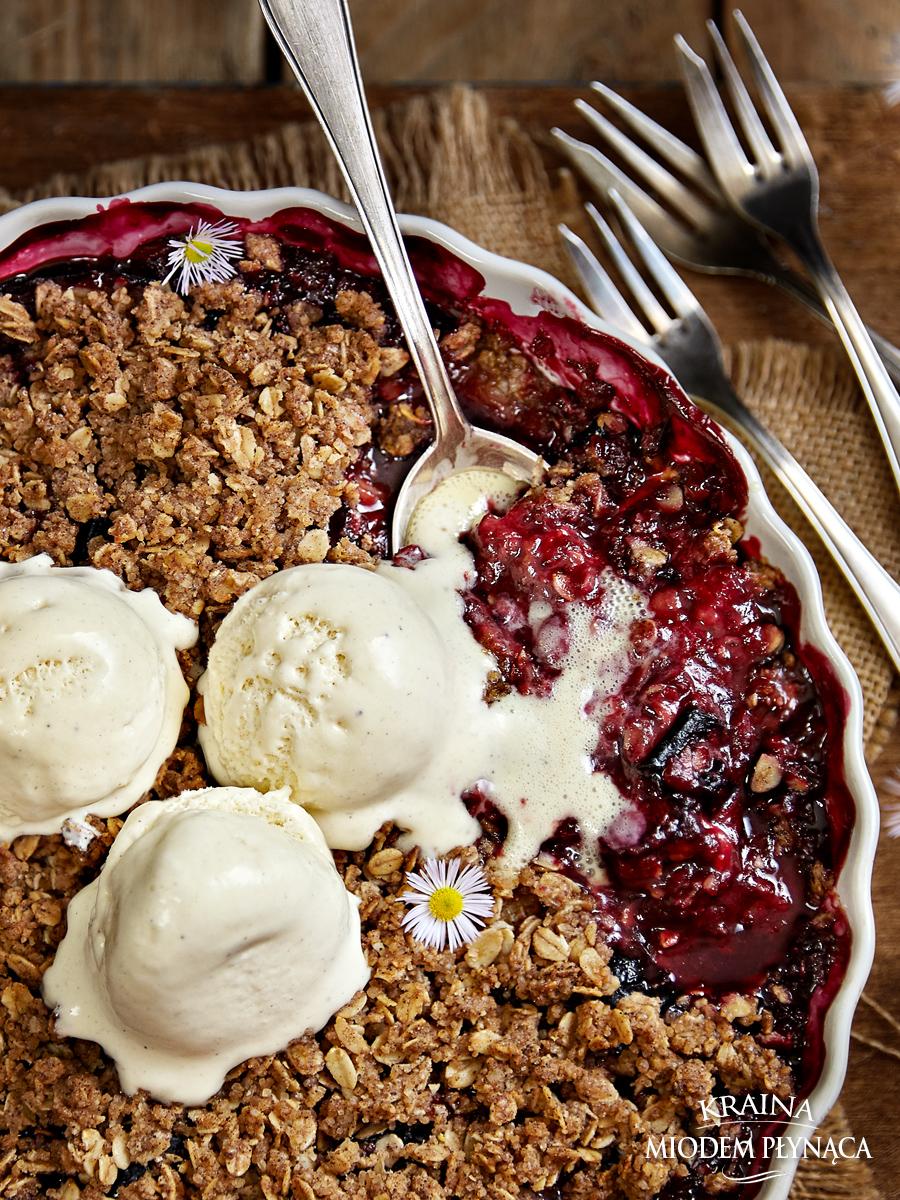 crumble z owocami, owoce pod kruszonką, kruszonka z płatków owsianych, deser z owocami, zapiekane owoce, owocowy deser, zdrowy deser, zdrowe słodycze, crumble ze śliwkami, kraina miodem płynąca