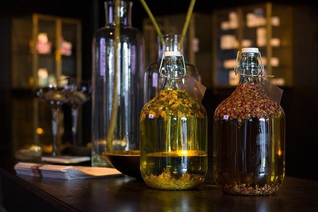 Aceites con hierbas dentro de unas botellas de cristal