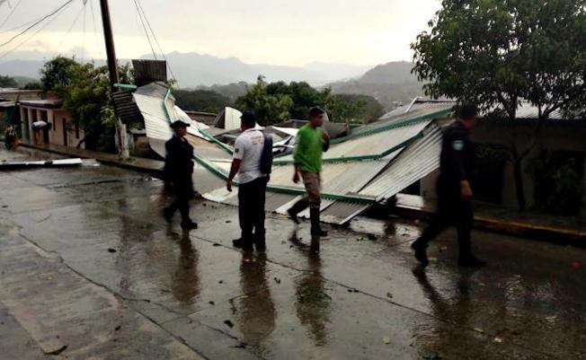 Fuertes vientos dejan sin casa a 214 familias