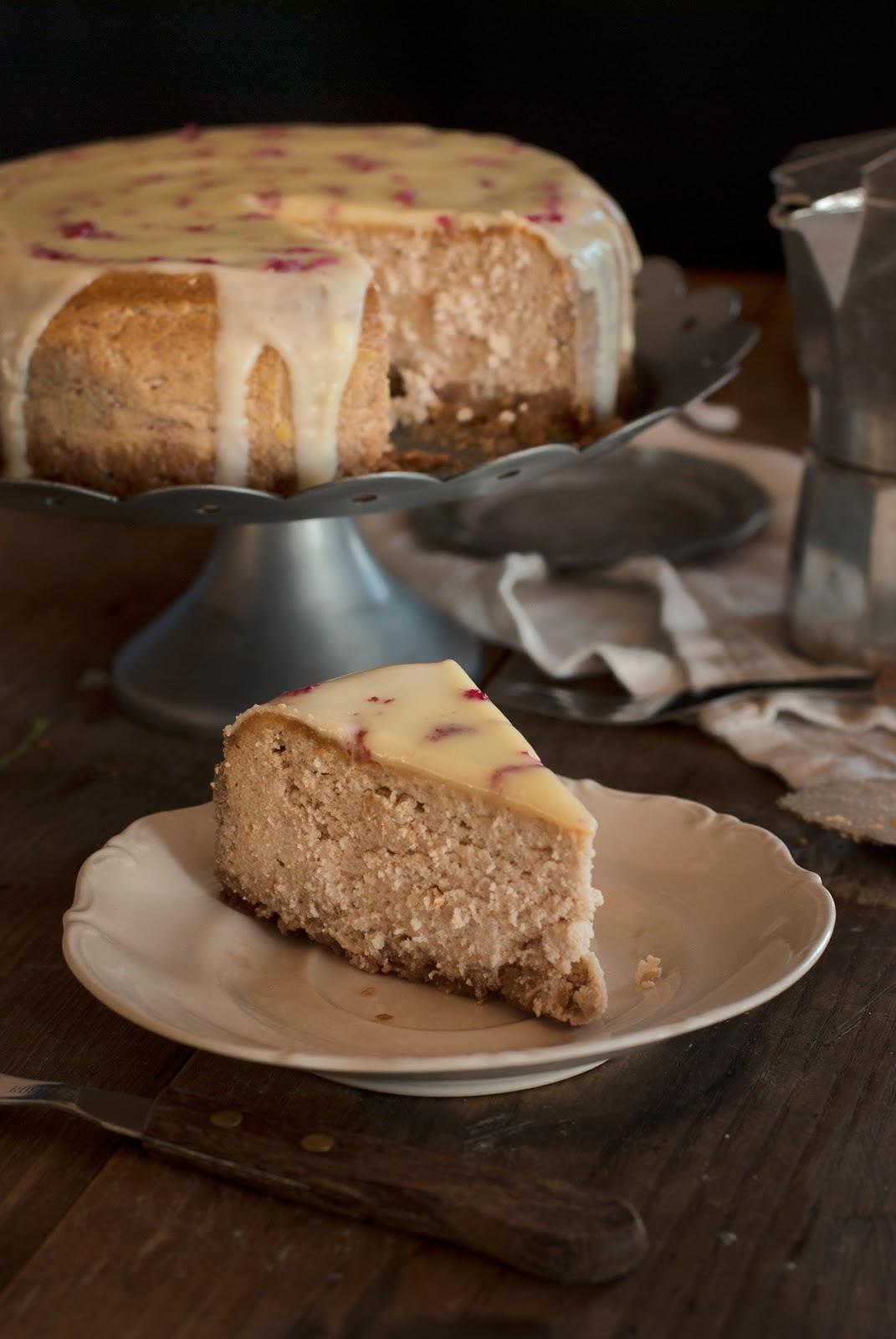 Różany sernik z mascarpone i polewą z białej czekolady