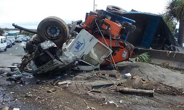 herido grave el conductor del camión volcado que hace cerrar la GC-1 y  provoca grandes retenciones