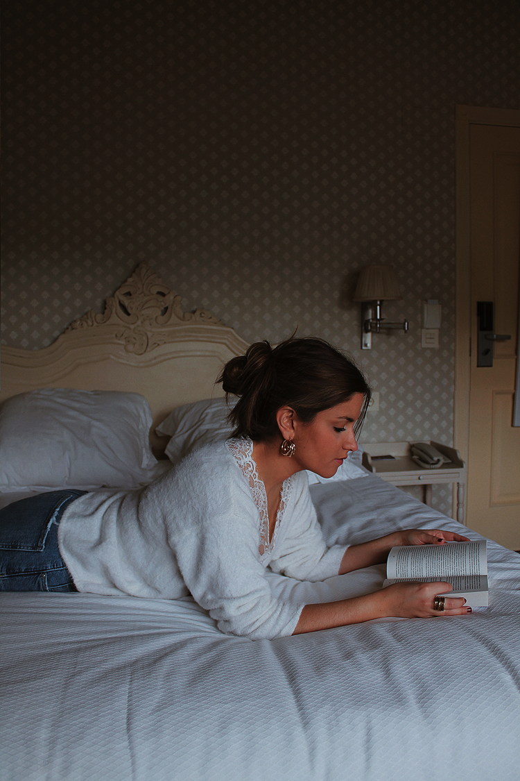 Leyendo libro cama hotel blog moda