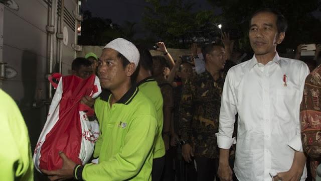 Jokowi Menyulut Api Lewat Bagi-Bagi Sembako