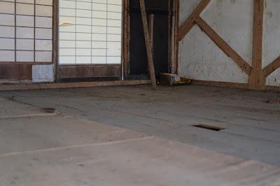 生坂村の古民家カフェ・ひとつ石の二階の蚕室(さんしつ)長年の埃