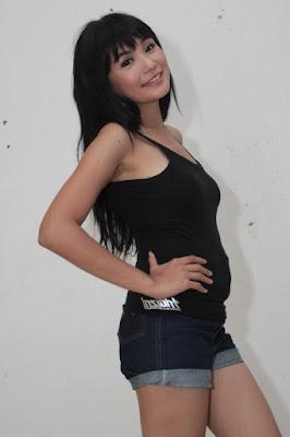 Soraya Larasati Pakai Tank Top Hitam dan Hot Pant Seksi tonk top hitam