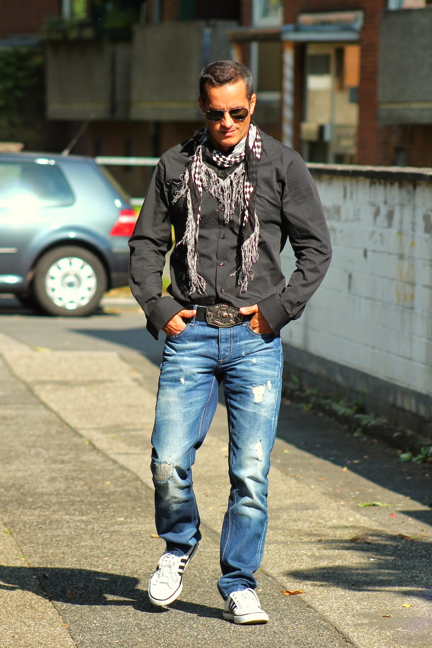 herren outfit mit jeans schwarzem hemd rimanere nella memoria. Black Bedroom Furniture Sets. Home Design Ideas