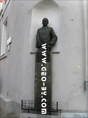 Минск. Памятник Максиму Горецкому на углу улиц Ленина и Революционной