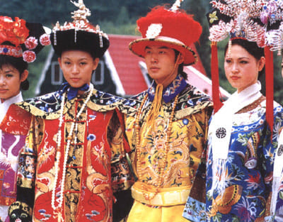 Manchúes vestidos como la familia real