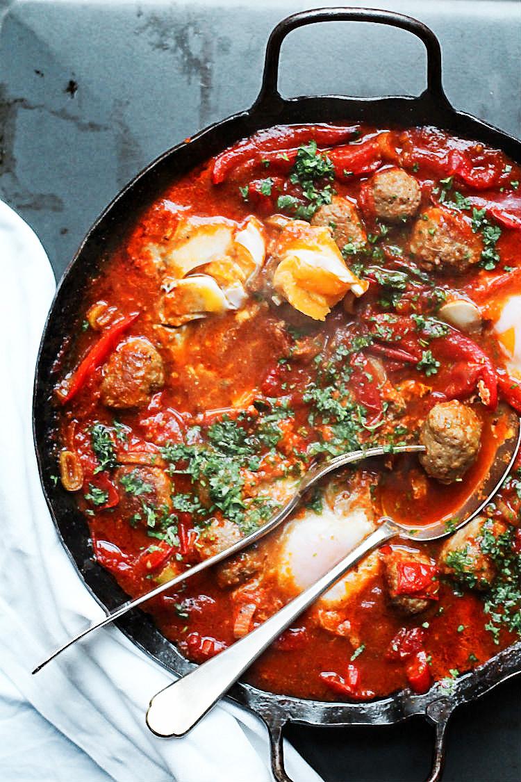 Shakshuka mit Fleischbällchenliebe – das perfekte Rezept mit pochierten Eiern, toll als Frühstück, bekannt durch Tim Mälzer aus Kitchen Impossible, mal nicht vegetarisch. Rezept von Arthurs Tochter kocht#rezept #ottolenghi #mälzer #vegetarisch #fleischbällchen #hackfleisch #eier #ori #israel #foodblog #tomaten #frühstück #kinder #gemüse #vegetarisch #schnell #einfach #familie #fest #jerusalem #tel_aviv #jordanien #pfanne #backofen #schmoren  #pisto jüdisch #pochiert #paprika #kräuter #anleitung #breakfast