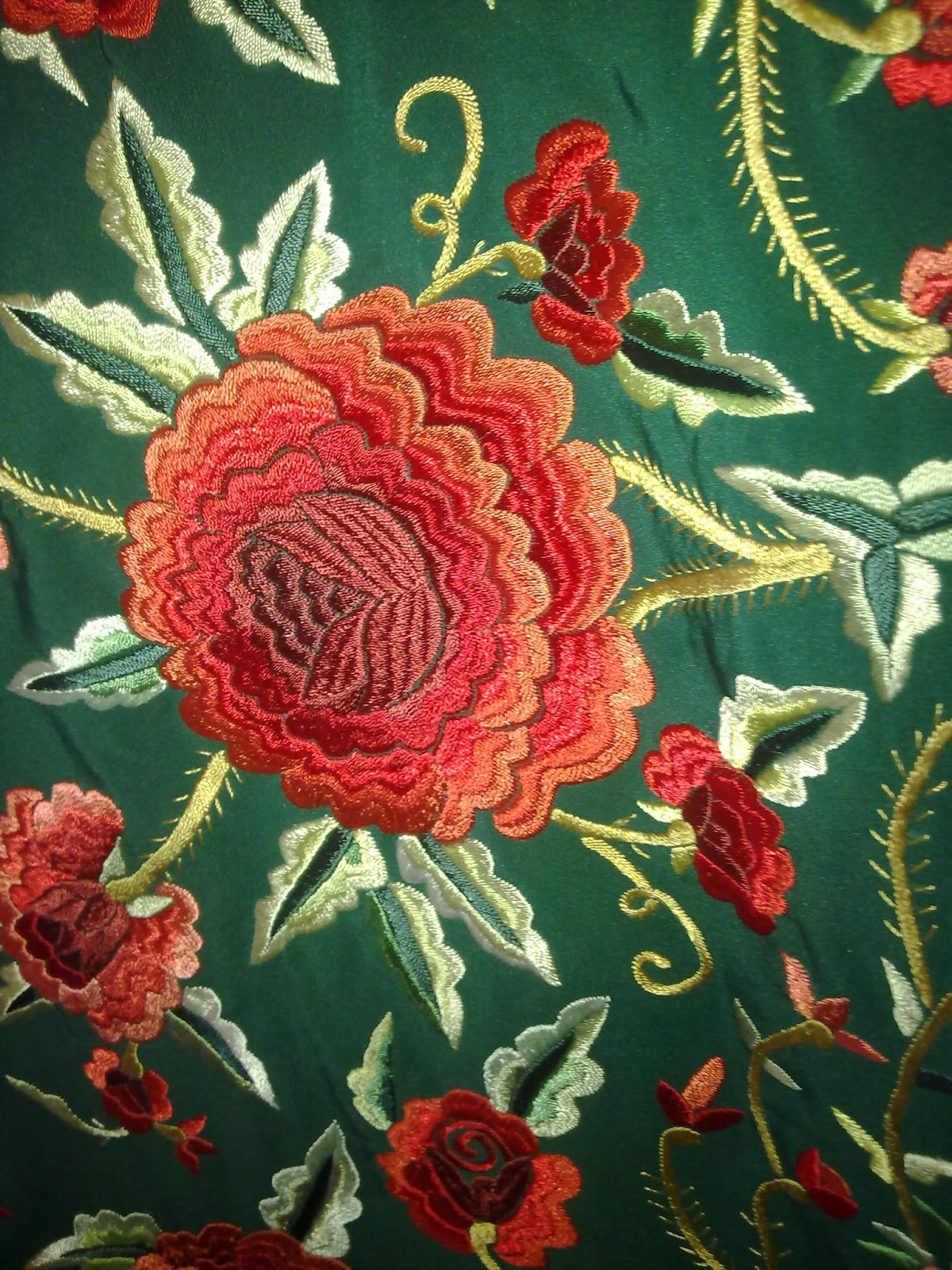 El rojo sobre el verde botella da lugar a este alegre y flamenco manton de  manila con espinas incluidas. 1c3e1493c5a