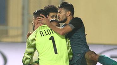 متابعة || صور القاء جماهير الزمالك زجاجات المياه علي حارس انبي بعد التعادل السلبي (0-0) في مباراة الجولة الرابعة من الدوري العام